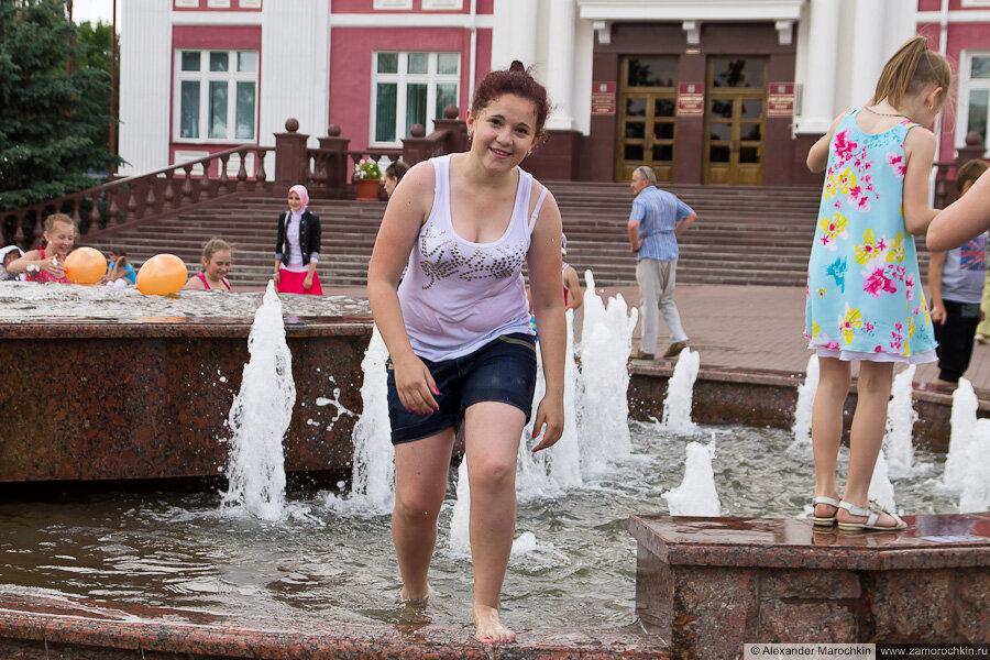 Молодежь купается в фонтанах