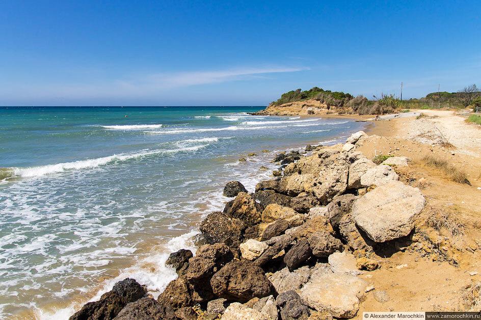 Морское побережье близ озера Кориссион