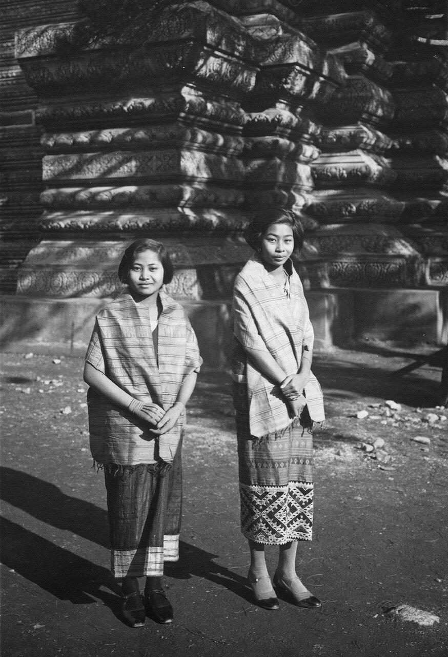 Лаосский театральный оркестр. Певицы госпожи Нан Сари (справа) и Нан Сават (слева)
