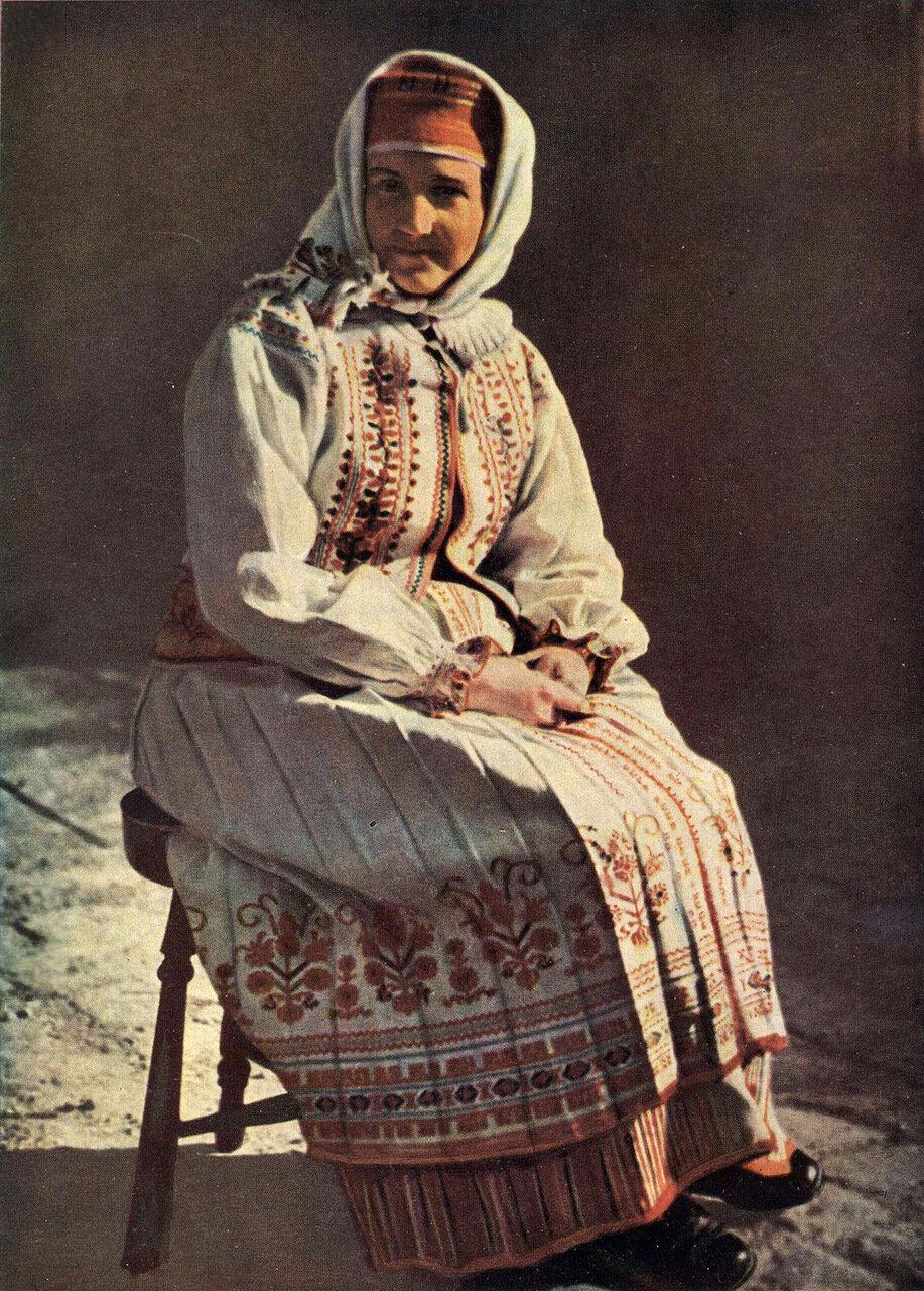 Пожилая женщина в летней женской одежде. Село Вильшаницы Яворовского р-на Львовской обл.