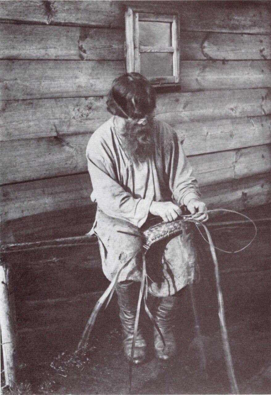 Плетение лаптей. Начало XX в. Уфимская губерния. Юрюзань