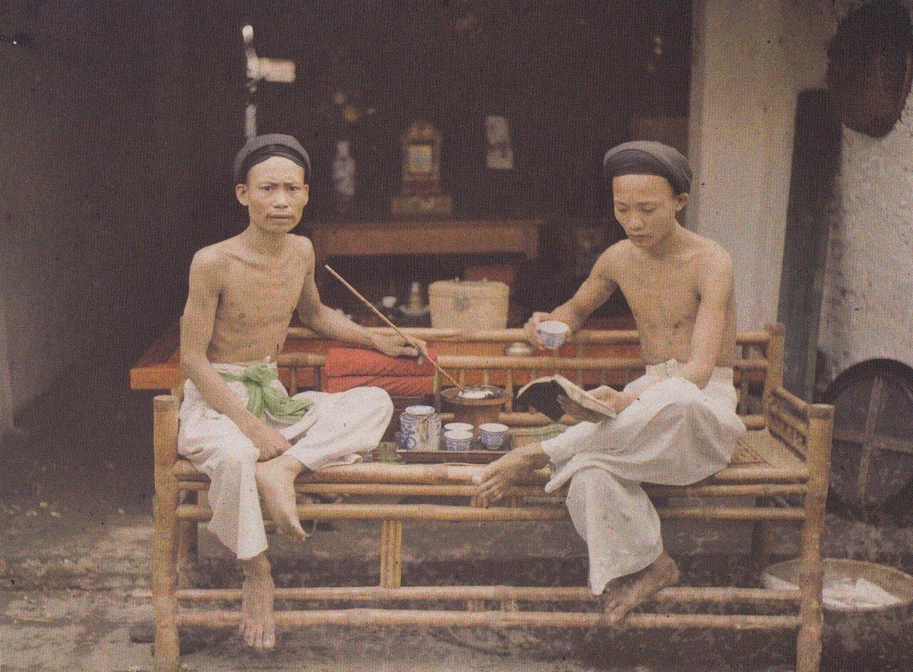 Ханой. Курильщики опиума пьют чай. 1915