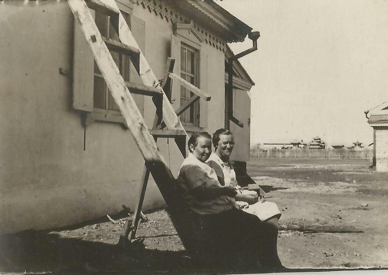 Владивосток. 20.06.1928г¬. Ксения Георгиевна (справа) со знакомой