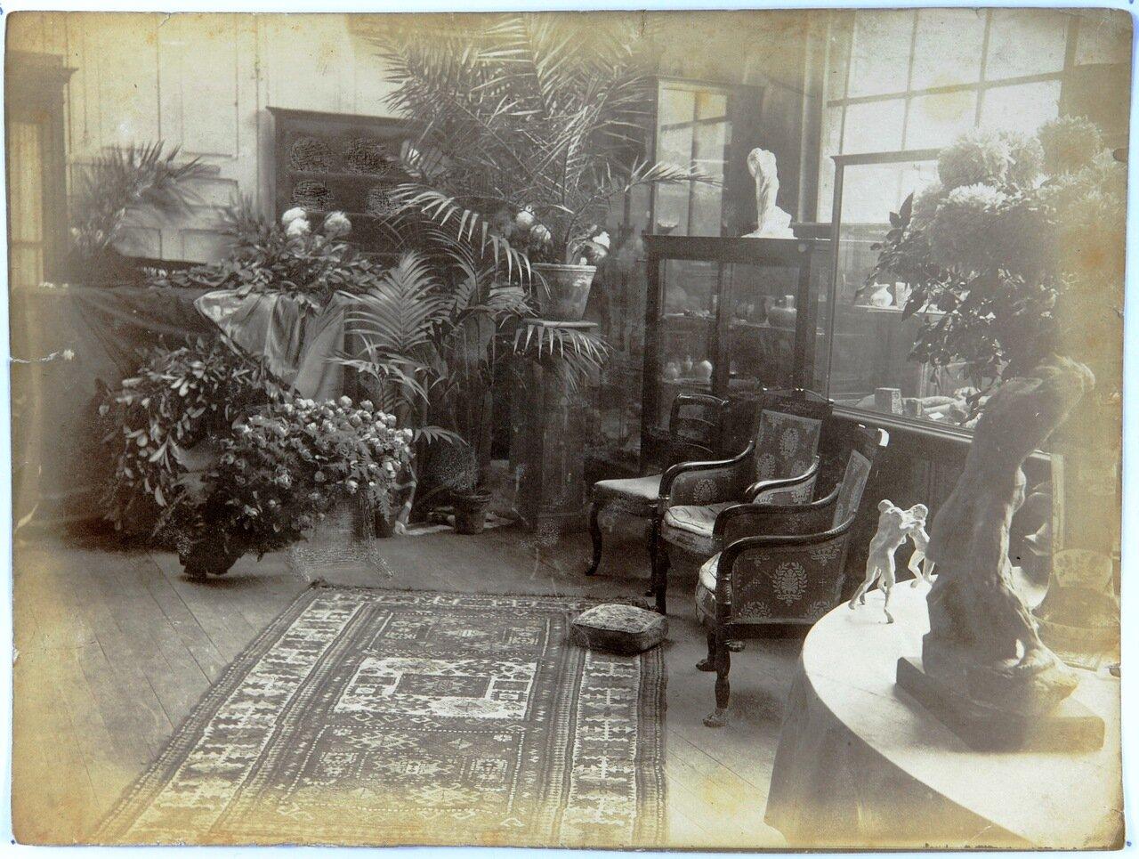 Внутри гостиной виллы Брийан в Мёдоне после смерти Огюста Родена