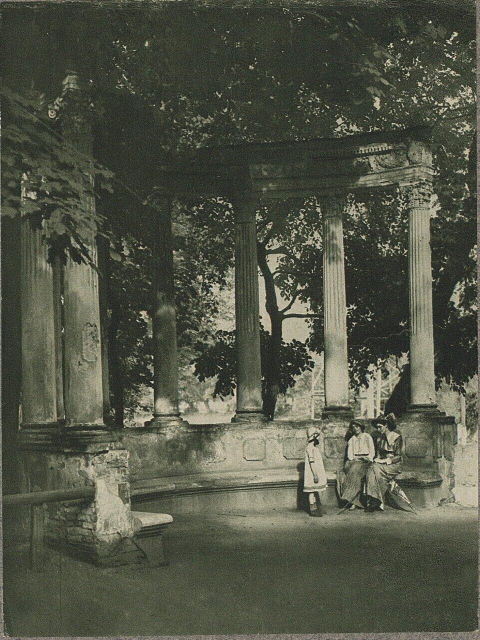 Мокотув. Колоннада в парке