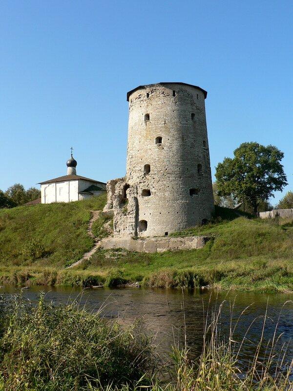 Псков. Гремячая башня и церковь Козьмы и Дамиана с Гремячей горы (сентябрь 2006)