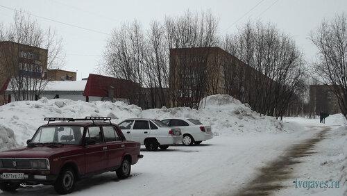 Фотография Инты №6496  Двор (северная сторона дома) Воркутинской 10 (+6 градусов) 17.03.2014_12:46