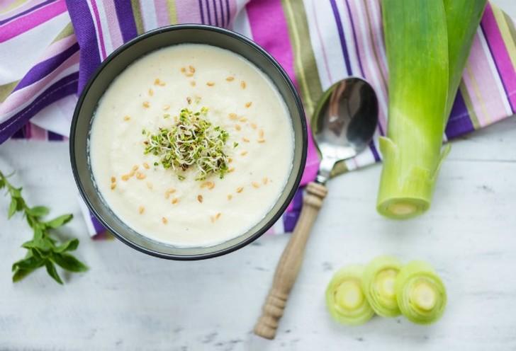 1. С картофелем (французский суп Potage parmentier) Ингредиенты: 250 г лука-порея, 750 г средних кар