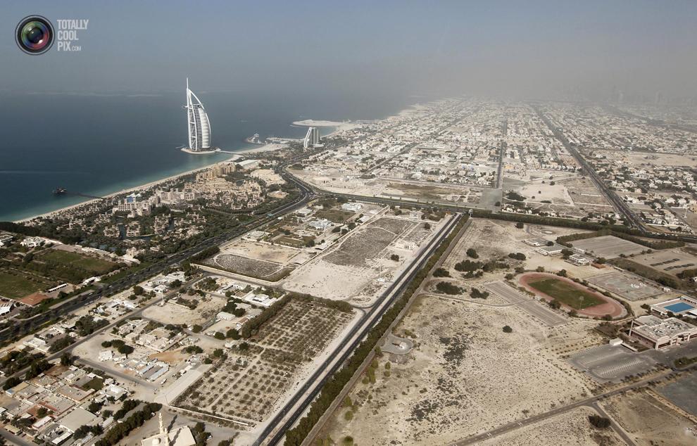 4. Вид с воздуха на отель «Бурдж аль-Араб» в Дубае. (REUTERS/Jumana El Heloueh)