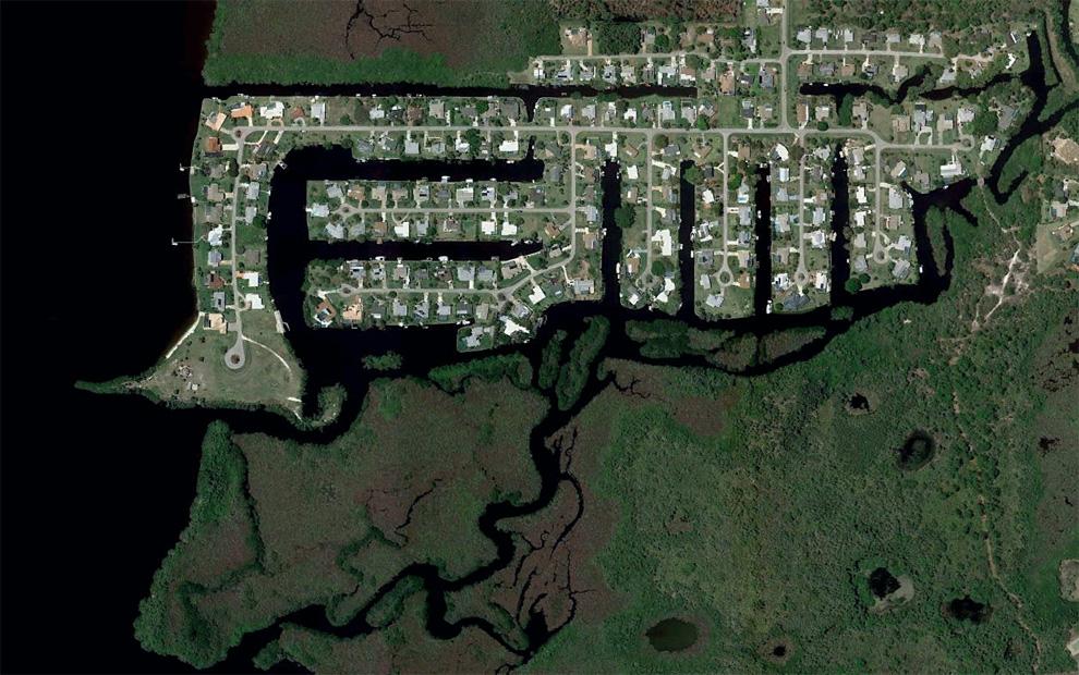 12. Строительство недалеко от Норт Форт Майерс на реке Калусахэтчи. (© Google/Europa Technologies)