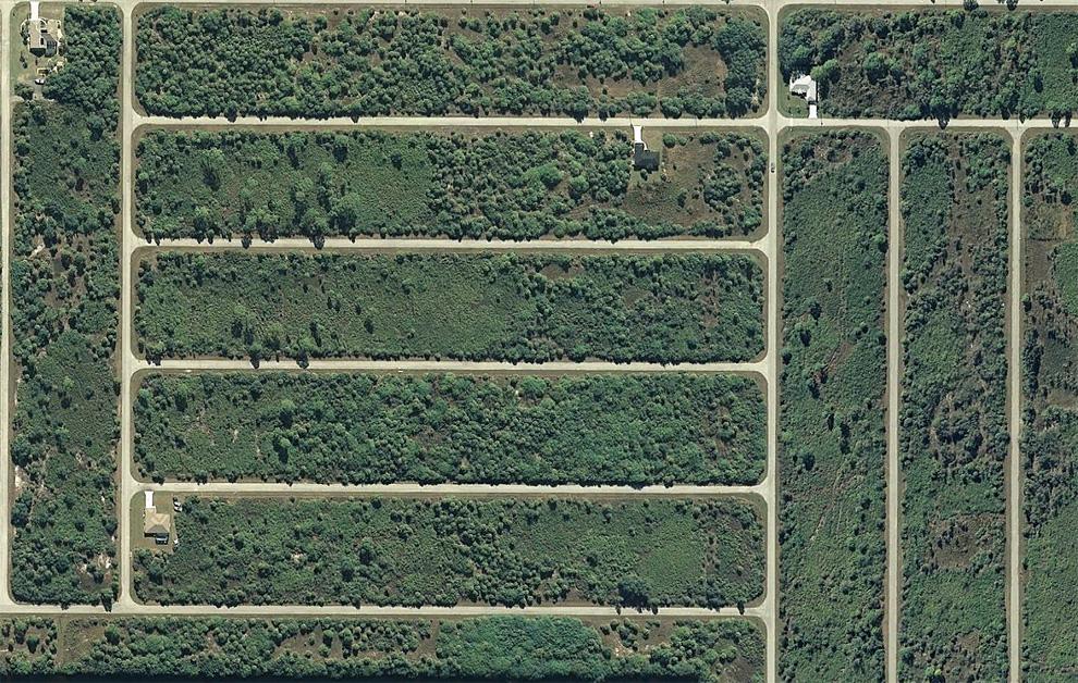 15. «Решетка» незастроенных переулков на западе Порт Шарлотт, штат Флорида. (© Google)