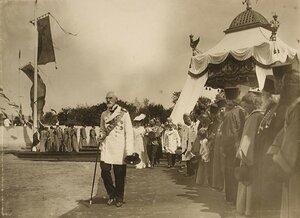 Император Николай  II,  императрица Александра Федоровна проходят мимо группы священнослужителей после окончания церемонии закладки памятника 300-летия царствования дома Романовых.