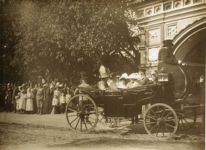 Великие княгини в экипаже у храма Воскресения на дебрях (слева направо) 1-я - великая княгиня Ксения Александровна; 2-я - великая княгиня Ольга Александровна