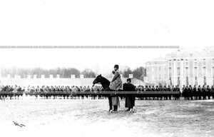 Император Николай II приветствует личный состав полка во время парада.