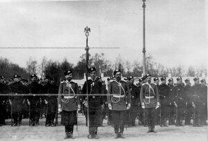 Вынос батальонного знамени на параде лейб-гвардии стрелковой бригады на плацу перед Екатериниским дворцом.