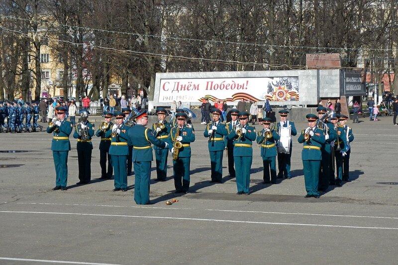 Репетиция парада Победы - военный духовой оркестр, Киров, Театральная площадь