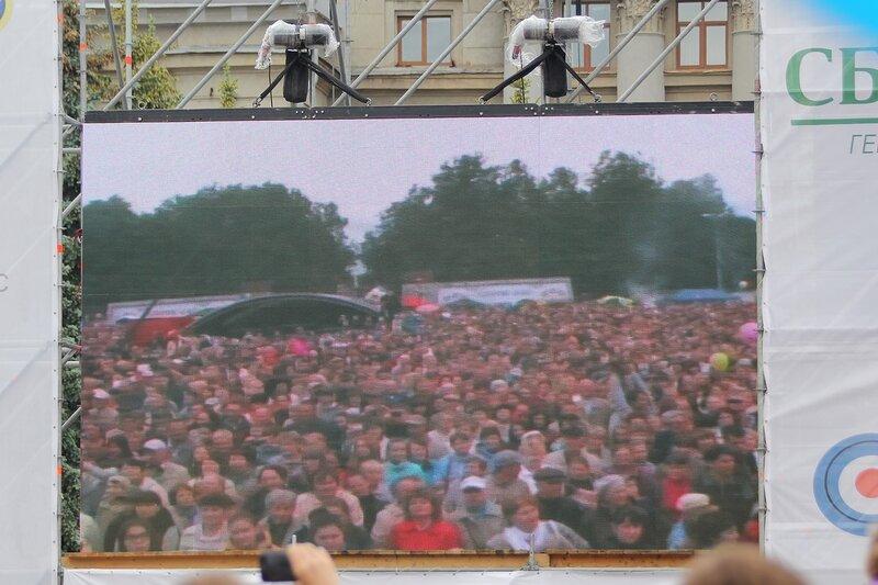 Зрители на театральной площади на мониторе