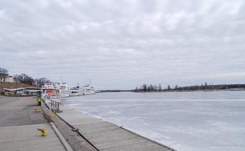 Озеро ещё покрыто льдом.