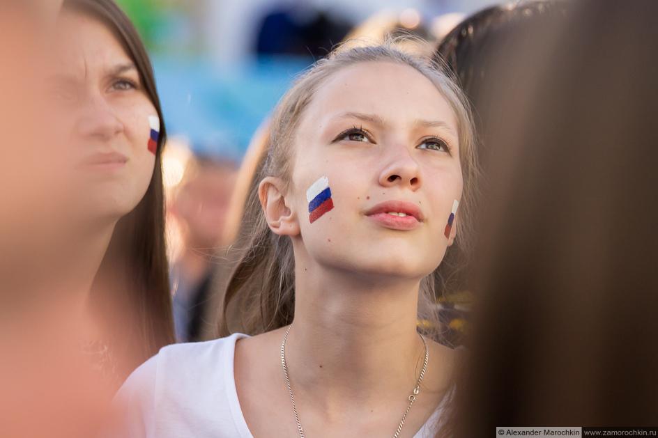 Болельщицы с российскими флагами на щеках