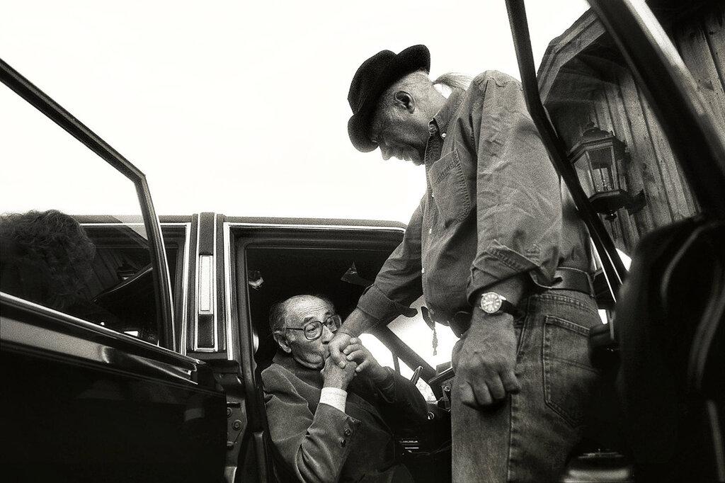 Альфред Эйзенштедт целует руку Эдди Адамс после выступления на семинаре в 1992 году.