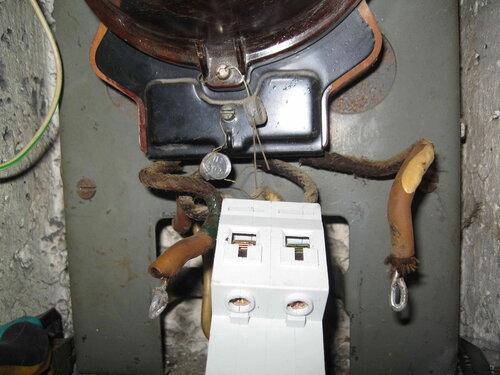 Фото 7. Перед присоединением проводов к верхним контактам двухполюсного автоматического выключателя. Обратите внимание на петельки на концах проводов (предназначены для увеличения площади контакта).
