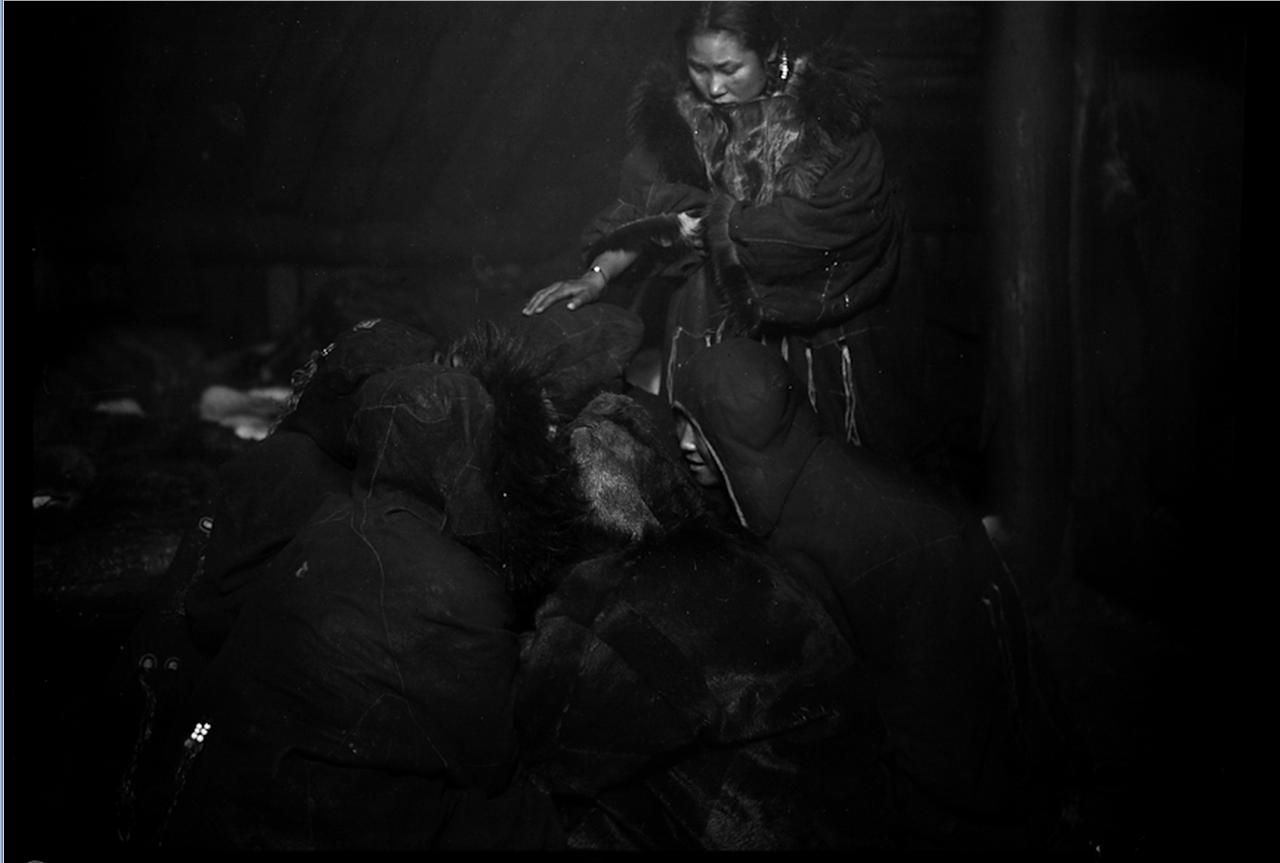 Женщины коряков-охотников на морского зверя за работой, 1900