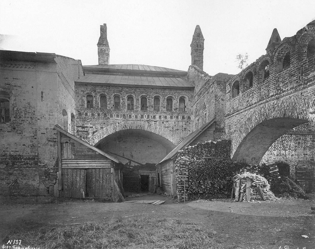 Галерейка за церковью Спаса-на-Сенях над южными кремлевскими воротами, построенная в ХVII веке