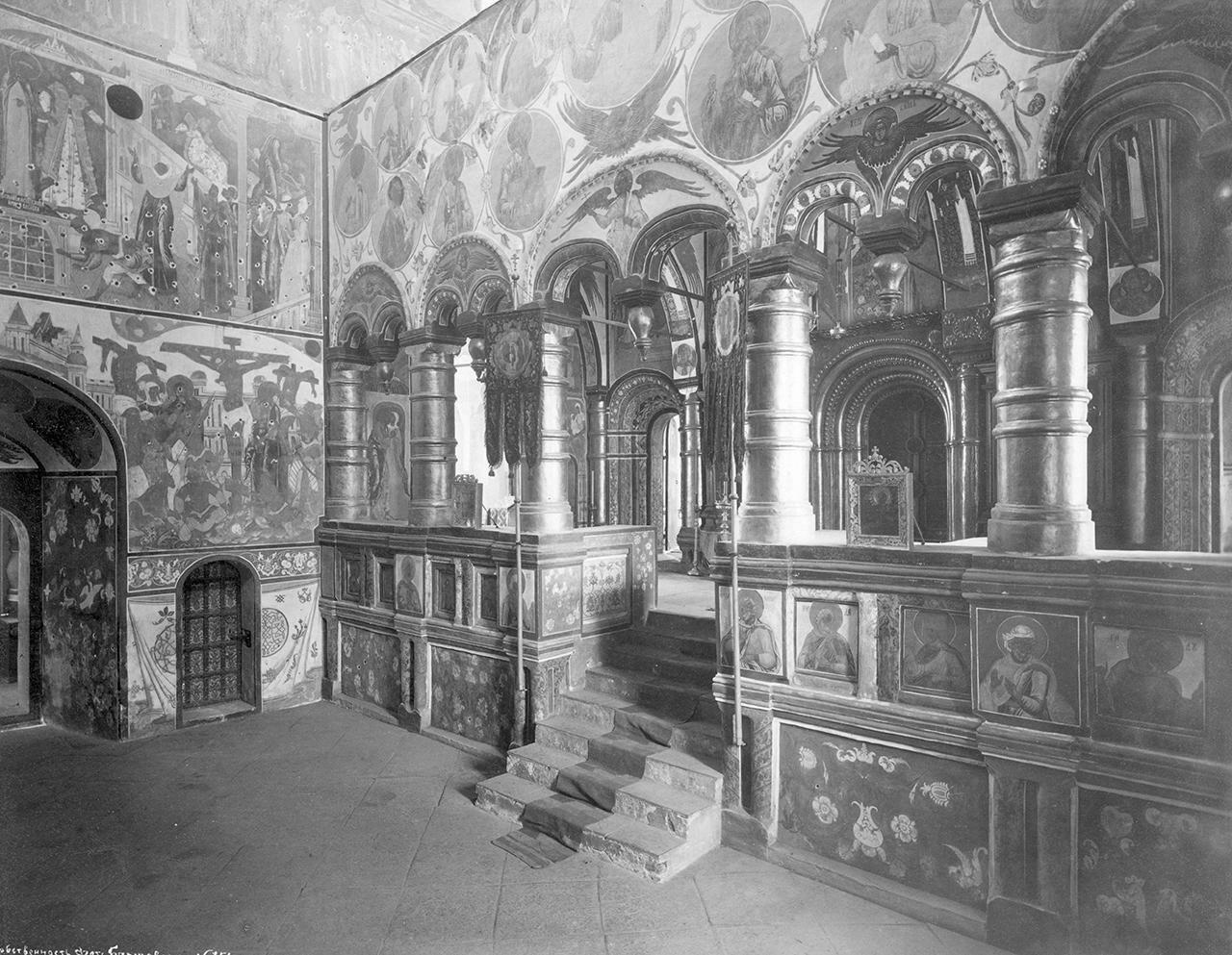 Кремль. Церковь Спаса-на-Сенях. Амвон