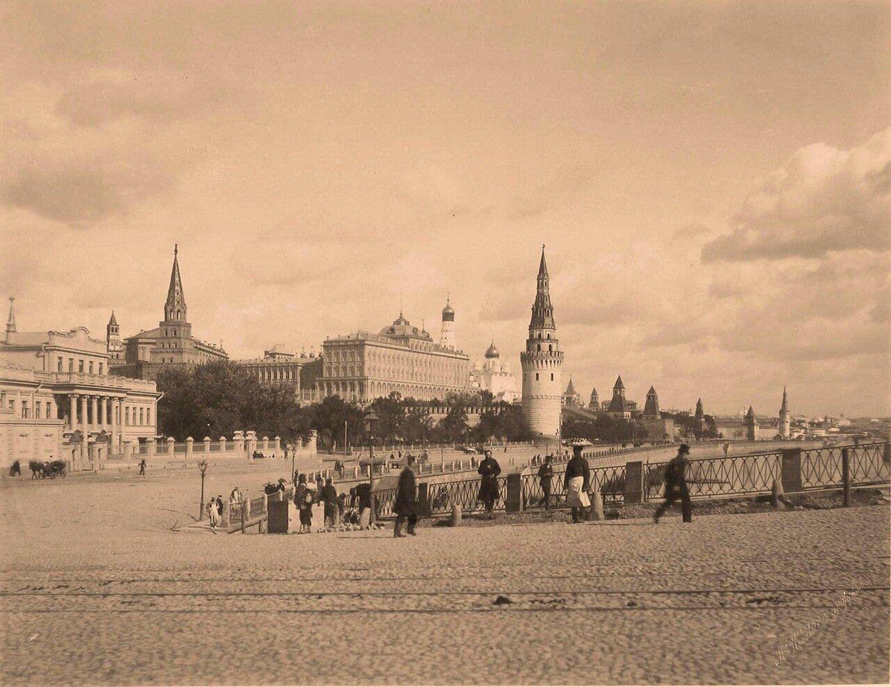 Вид на Большой Кремлёвский дворец с правого берега Москвы-реки; в центре -Водовзводная башня,слева-Боровицкая башня Кремля