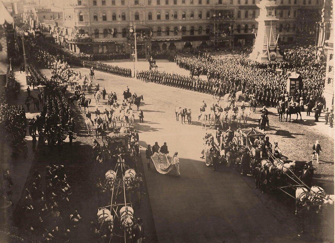 Император Николай II, императрица  Александра Федоровна и вдовствующая императрица Мария Федоровна, выйдя из карет на Воскресенской  площади, направляются к часовне Иверской Божией Матери