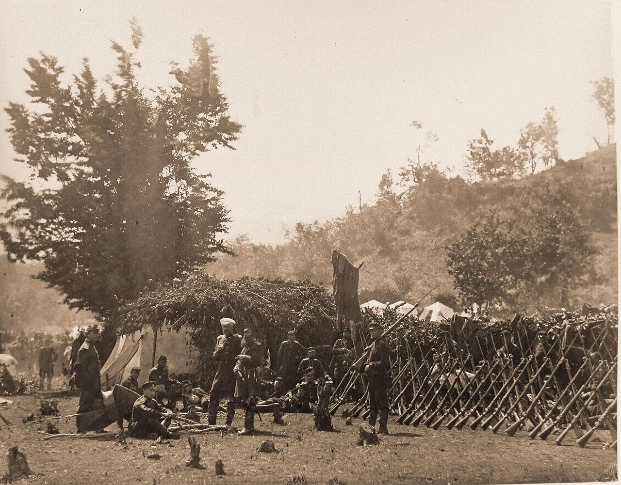 Группа офицеров и солдат на бивуаке