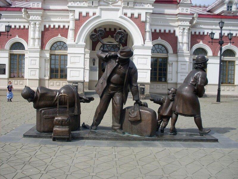 """Прогулка по Екатеринбургу. Скульптура """"Пассажиры""""."""