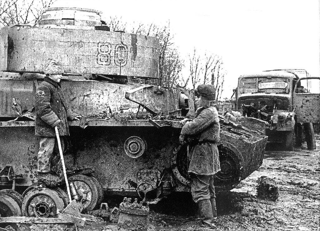 Дети у подбитого советскими войсками немецкого танка Pz.Kpfw. IV.