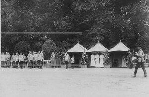 Император Николай ii и цесаревич Алексей и великие княжны у палатки во время парада полка.