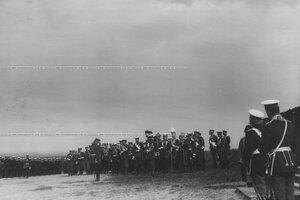 Император Николай II, великие князья и генералитет на параде полка.