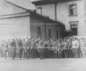 Командующий Петроградским военным  округом генерал О.П.Васильковский с группой офицеров принимает парад запасного батальона полка.