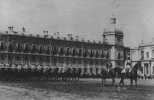 Подразделения полка проходят церемониальным маршем мимо принимающего парад  на плацу перед Гатчинским дворцом.