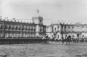 Парад полка  на плацу перед  Гатчинским дворцом.
