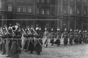 Оркестр и спешенный эскадрон полка проходят по Дворцовой площади после приема императором Николаем II членов Государственного Совета и I Государственной Думы.