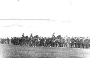Император Николай II и сопровождающие его офицеры приветствуют юнкеров-артиллеристов в связи с производством в офицеры.