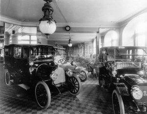 Выставка моделей автомобилей в помещении торгового дома.