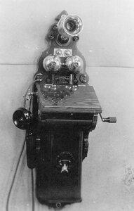 Внешний вид стенного индукторного телефонного аппарата с раздельным микрофоном от телефона, служащего при установке двухпроводной линии.