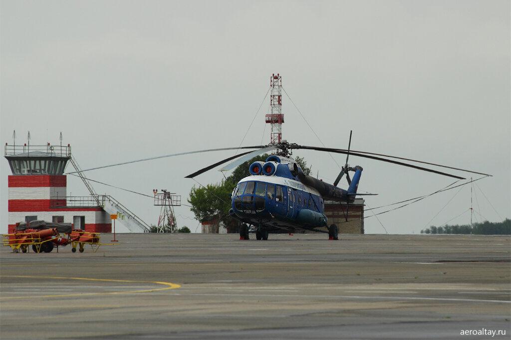 Вертолет Ми-8 Газпромавиа в аэропорту Барнаула