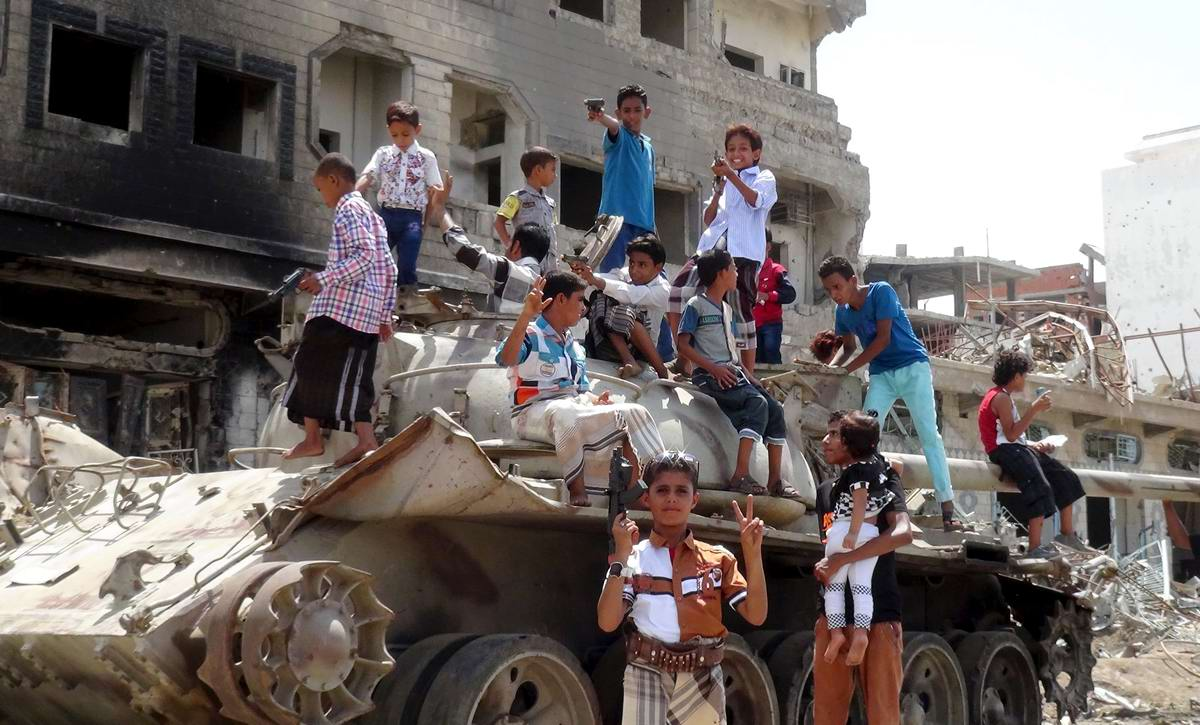 Верхом на подбитом танке: Современные игры йеменских мальчишек