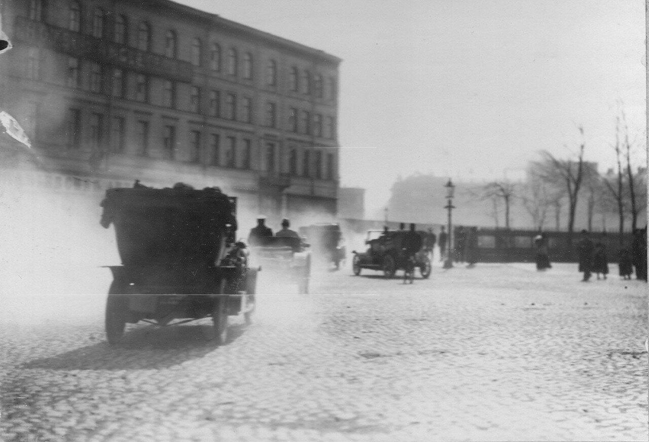 003. Участники пробега в автомобилях подъезжают к гостинице «Англетер». Апрель 1911