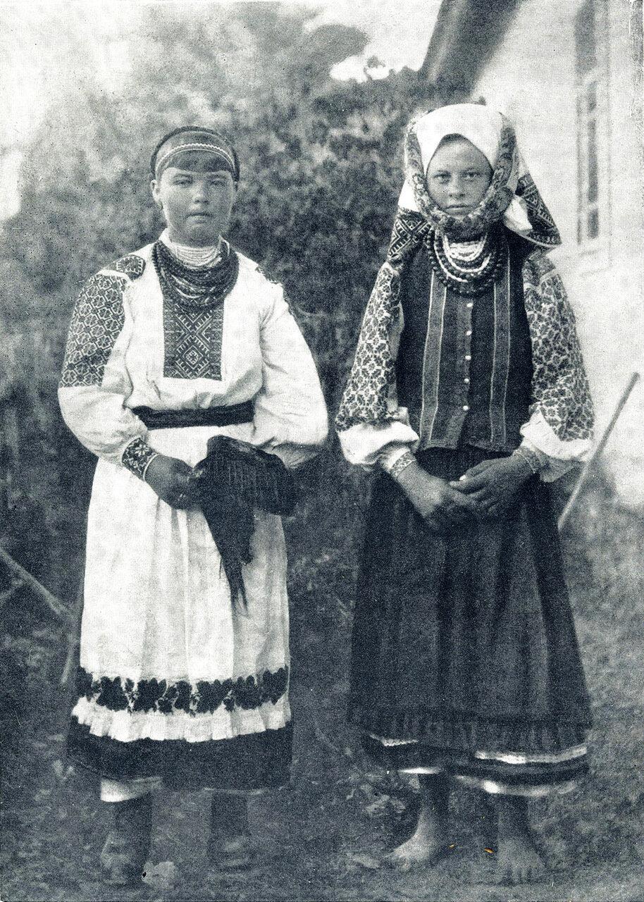 Девушка и женщина в летней одежде. Село Андреевичи.1909.
