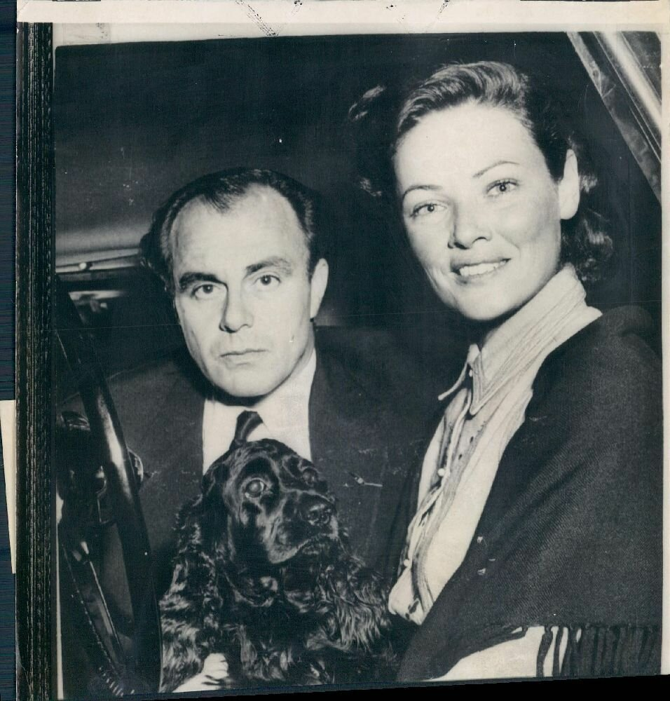 1954. Актриса Джин Тирни с пакистанским принцем Али Ханом и собакой