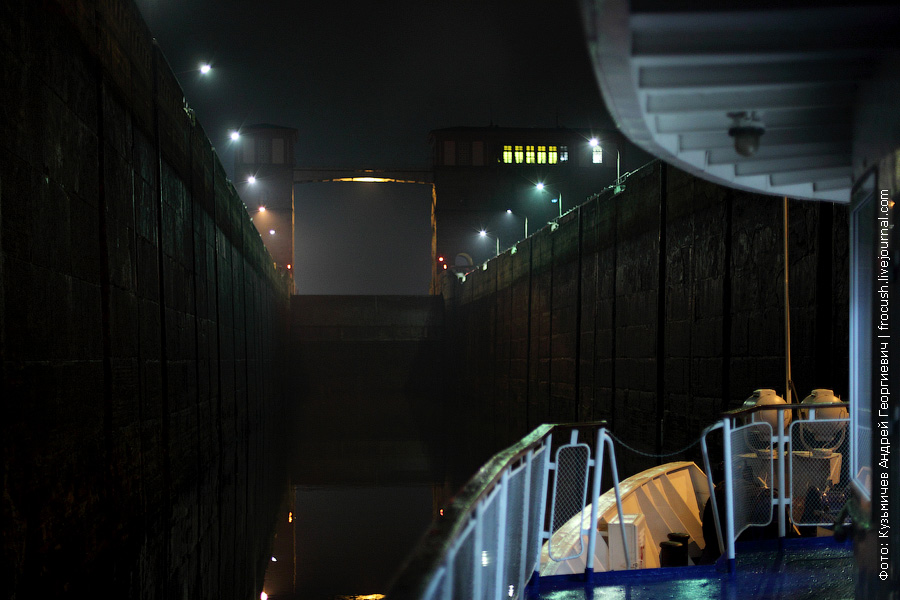 теплоход Александр Бенуа заходит в камеру Рыбинского шлюза со стороны нижнего бьефа ночное фото