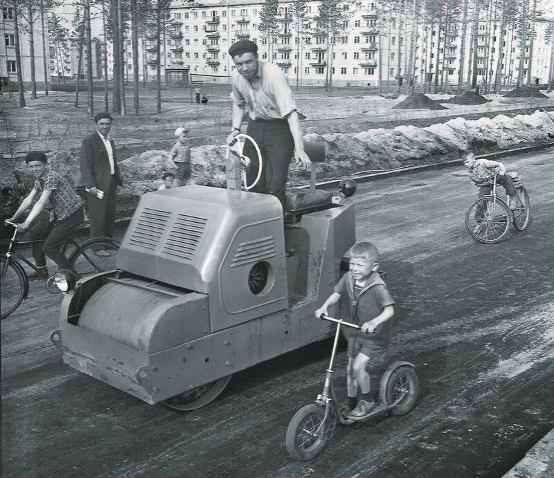 1962 Первый асфальт в поселке Энергетик строителей Братской ГЭС.jpg