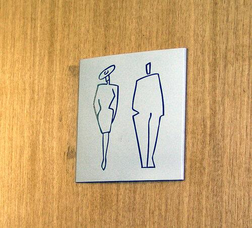 Табличка на туалете. Где это? :-)